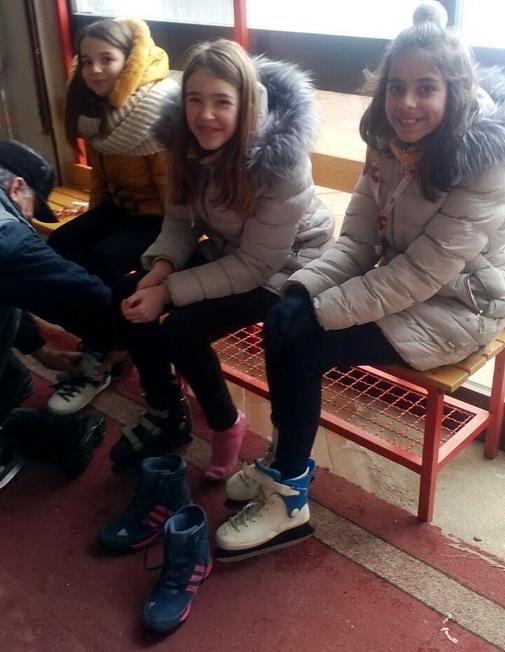 Klizaljke obuvene, a najmlađe Boranke spremne za prvoovogodišnje klizanje / foto: Slađana Zahitović