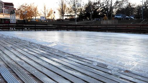 Formiranje ledene površine na klizalištu ispred Ustanove Sportski centar Bor / foto: D.Popaz