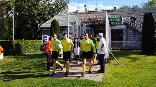 Sudijska trojka sa igračima izlazi na teren / dr. Ivan Nikodijevic