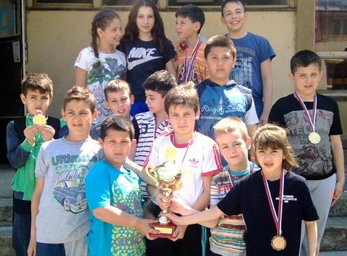Takmičari SUREIDO sa osvojenim medaljama i pobedničkim peharom